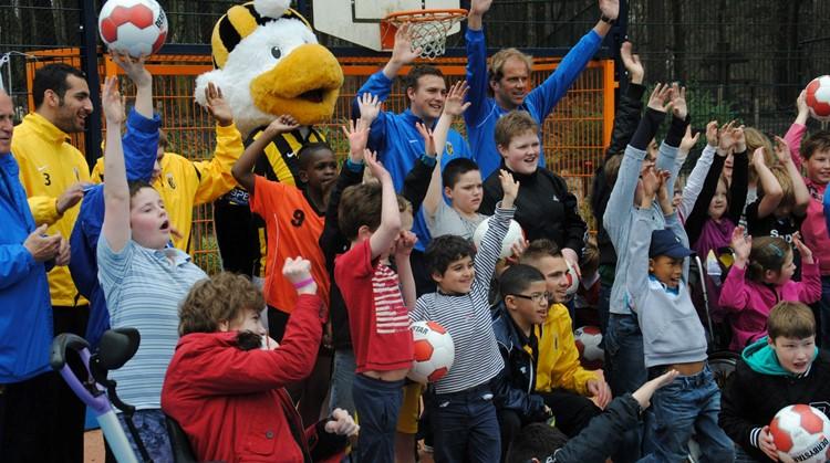 Voetbalclinic van Vitesse spelers op Cruyff Court Lichtenbeek in Arnhem afbeelding nieuwsbericht