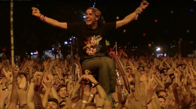 Gal crowdsurfde in zijn rolstoel op Sziget afbeelding nieuwsbericht