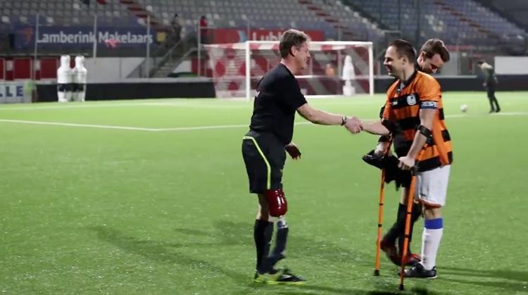 Jan fluit voetbalwedstrijd met één been afbeelding nieuwsbericht