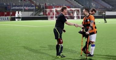 Afbeelding Jan fluit voetbalwedstrijd met één been