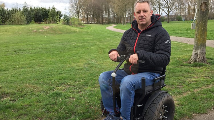 Kijk Eric in zijn rolstoel naast zijn dochtertje crossen! afbeelding nieuwsbericht