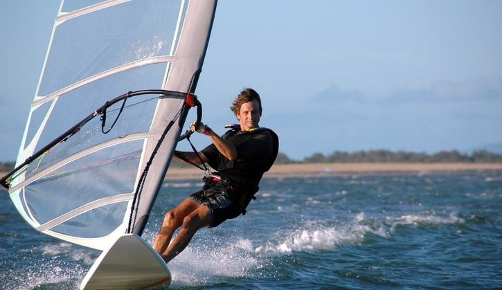 Reinoud (14) raakte zijn zicht grotendeels kwijt, maar windsurfen bleef hij gewoon doen afbeelding nieuwsbericht