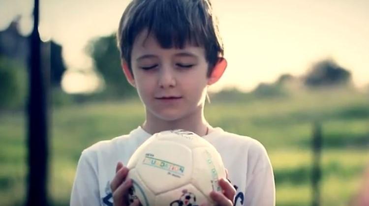 Als kinderen samen voetballen, ontstaat er een team en is er meer begrip en verbondenheid. afbeelding nieuwsbericht