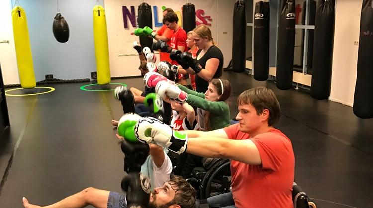 In deze sportschool met gekleurde bokszakken kun je zelfs boksen met een visuele beperking afbeelding nieuwsbericht