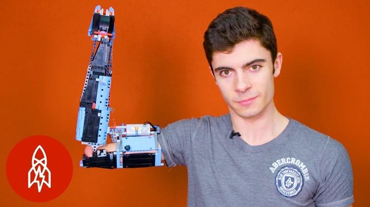 David maakt armprotheses van Lego afbeelding nieuwsbericht