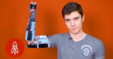 Afbeelding David maakt armprotheses van Lego