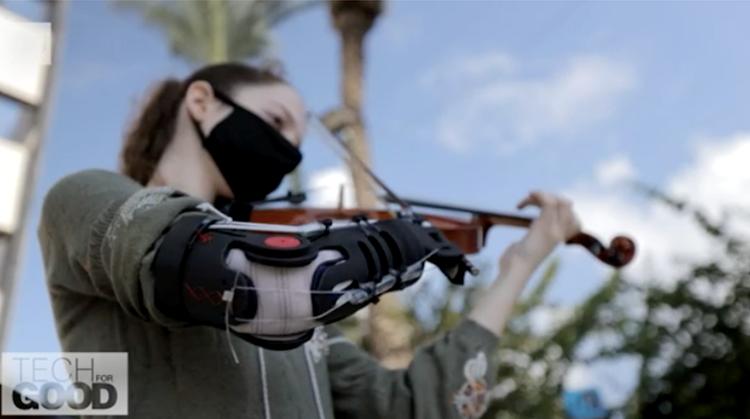 Yael speelt viool met goedkope armprothese afbeelding nieuwsbericht