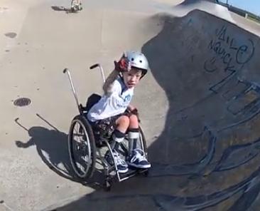 Harvey (11) zorgt in zijn rolstoel voor sensatie op de skatebaan afbeelding nieuwsbericht