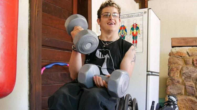 Gespierde jongen met cerebrale parese wordt fitness-instructeur afbeelding nieuwsbericht