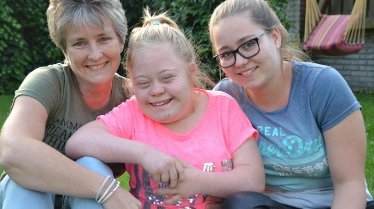 Indy (17, Downsyndroom en rolstoelgebonden) vindt het heerlijk om te lopen in haar racerunner afbeelding nieuwsbericht