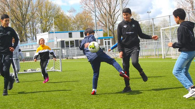 """""""De kinderen maken contact met de bal en elkaar"""" afbeelding nieuwsbericht"""