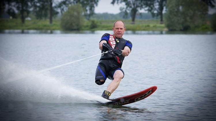 Ton (62, beenamputatie) accepteerde dankzij het waterskiën zijn handicap afbeelding nieuwsbericht
