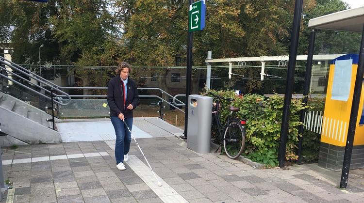 Ellen (blind) heeft binnenpretjes tijdens het reizen in het OV afbeelding nieuwsbericht