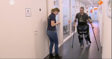 Afbeelding Evert maakt eerste stappen met exoskelet