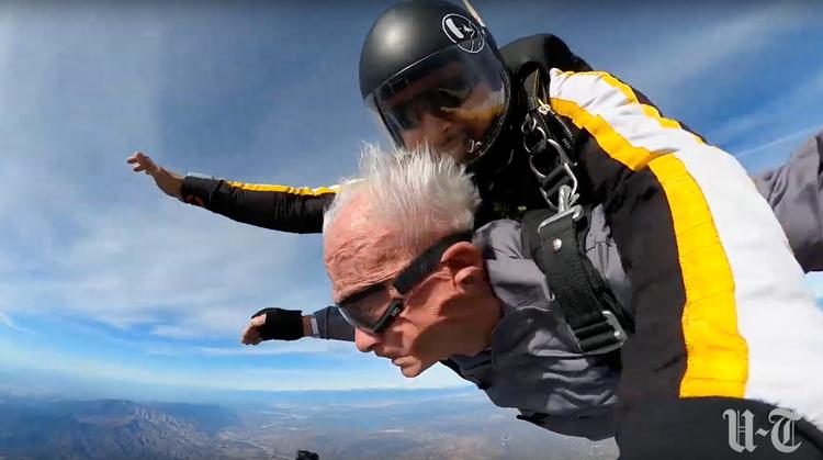 90-jarige zonder benen maakt parachutesprong afbeelding nieuwsbericht