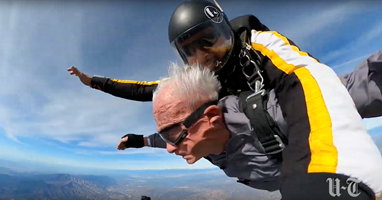 Afbeelding 90-jarige zonder benen maakt parachutesprong