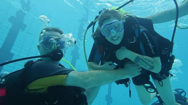 Marloes(34, spierziekte) maakt het liefst een duik in het diepe afbeelding nieuwsbericht