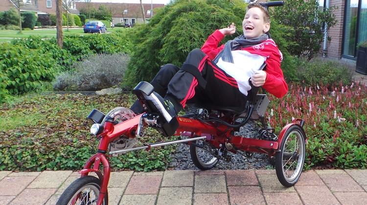 Lars (15) is lichamelijk zwaar beperkt. Toch crosst hij door de straten met zijn fiets. afbeelding nieuwsbericht