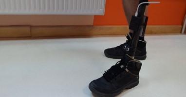Afbeelding Prothese met parkeersensoren voor blinde Tomasz