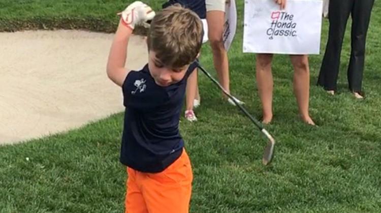 Golfer Tommy (7) slaat hole-in-ones met één arm afbeelding nieuwsbericht