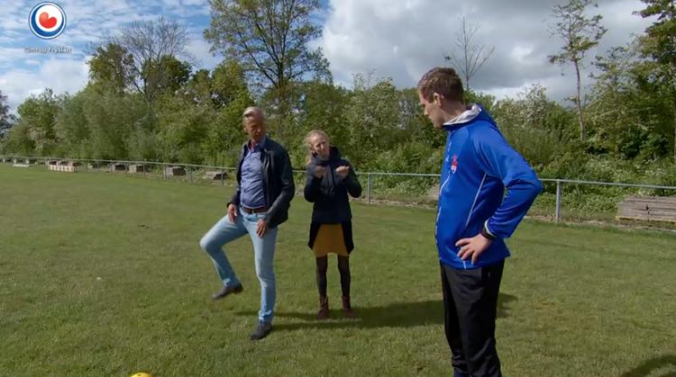 Dove Gert-Jan voetbalt tussen horende spelers afbeelding nieuwsbericht