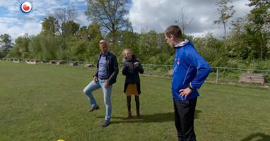 Afbeelding Dove Gert-Jan voetbalt tussen horende spelers