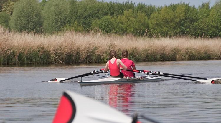 Samen met een maat kun jij ondanks je visuele beperking ook in een roeiboot over het water zoeven afbeelding nieuwsbericht