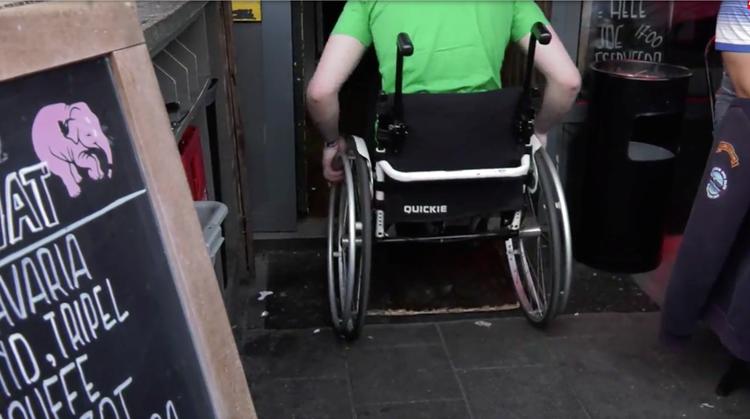 Op kroegentocht in de rolstoel in Rotterdam afbeelding nieuwsbericht