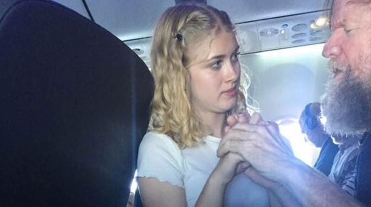 Ontroerend: dit lieve meisje helpt een blinde en dove passagier tijdens zijn vlucht afbeelding nieuwsbericht