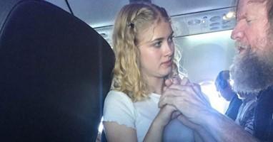 Afbeelding Ontroerend: dit lieve meisje helpt een blinde en dove passagier tijdens zijn vlucht
