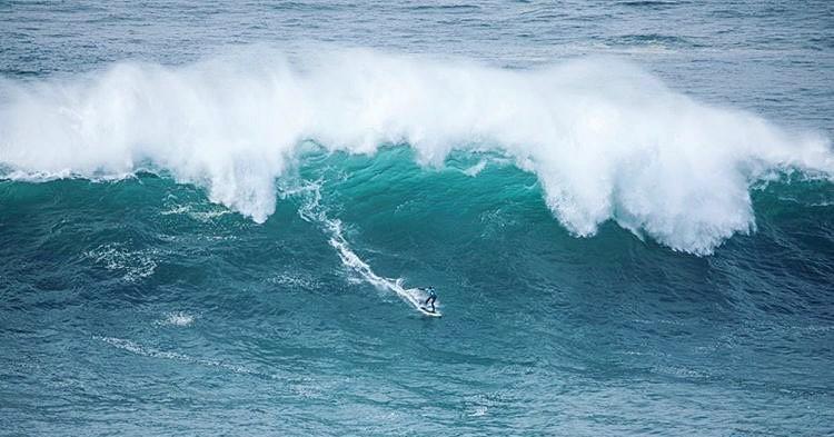 Ollie bedwingt golven van Nazaré op één been afbeelding nieuwsbericht