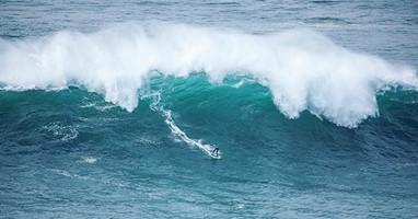 Afbeelding Ollie bedwingt golven van Nazaré op één been