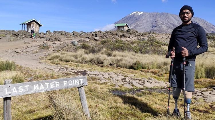 Man beklimt Kilimanjaro met twee protheses afbeelding nieuwsbericht