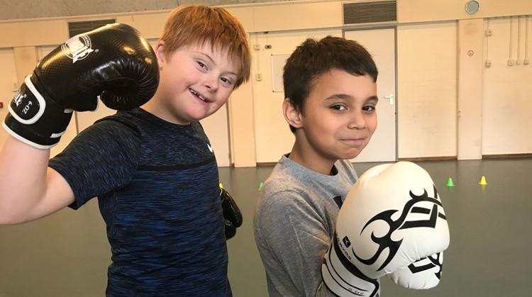 Kickboksen tegen de trainer geeft kinderen bij OverFit een grote smile afbeelding nieuwsbericht