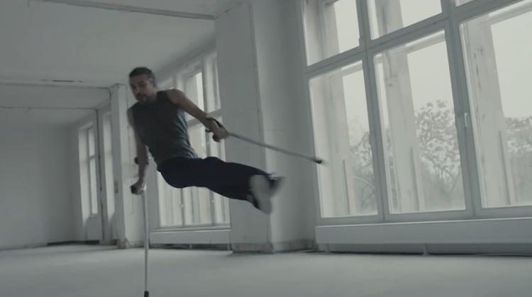 Breakdancer Dergin bedacht zijn eigen stijl met krukken afbeelding nieuwsbericht