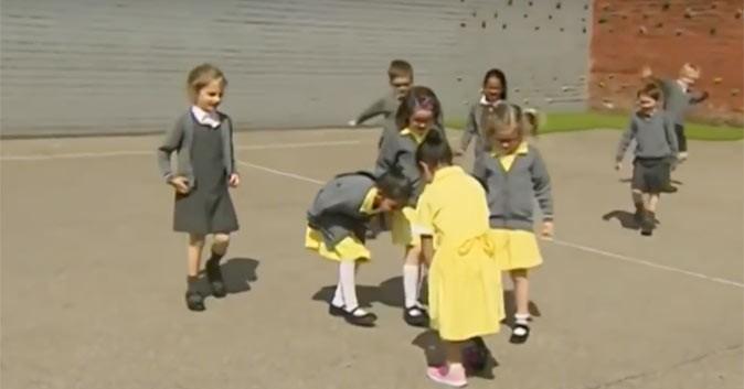 Kinderen reageren ontroerend op de nieuwe prothese van hun klasgenootje afbeelding nieuwsbericht