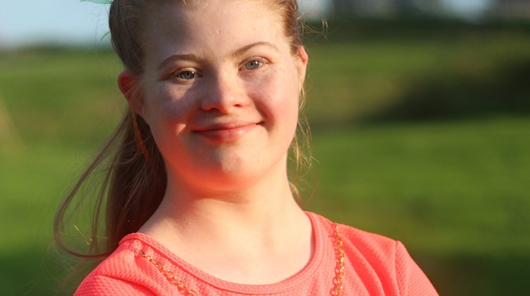 Eva (18, Downsyndroom) bloeit door het Surf Project helemaal op afbeelding nieuwsbericht