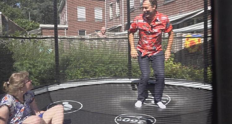 Jongeren in woongroep dolblij met trampoline afbeelding nieuwsbericht