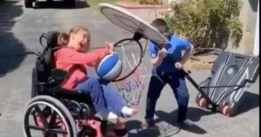 Afbeelding Jongetje helpt zusje in rolstoel met scoren