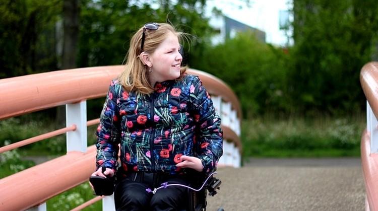 Altijd verzekerd van een zitplaats. Vivian zet de voordelen van een rolstoel even op een rijtje. afbeelding nieuwsbericht