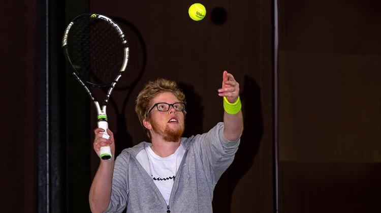 Quirijn tennist weer dankzij leenrolstoel afbeelding nieuwsbericht