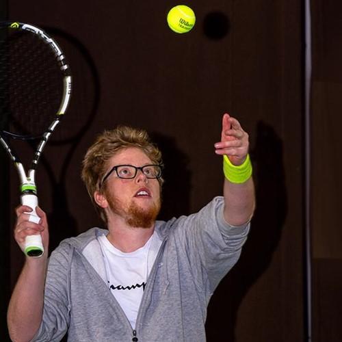 Quirijn tennist weer dankzij leenrolstoel