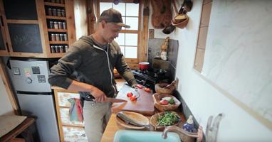 Afbeelding Eduardo is chefkok met speciale prothese