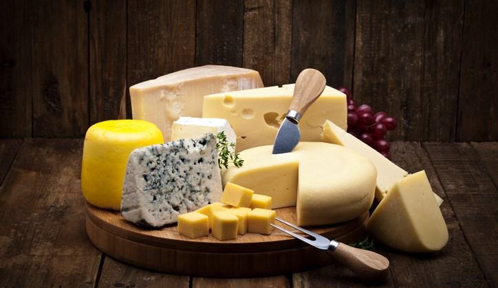 Goed nieuws! Je mag lekker los gaan op dingen als kaas, vlees, vis en zuivel. Waarom? Omdat je eiwitten nodig hebt. afbeelding nieuwsbericht