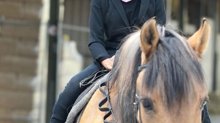 Noa (10) rijdt met minimale ondersteuning op het grootste paard van stal afbeelding nieuwsbericht