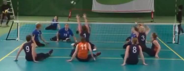 Als je niet kunt staan, ga dan zitvolleyballen afbeelding nieuwsbericht