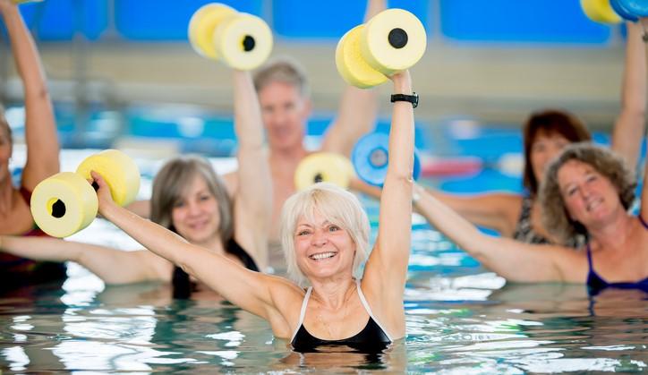 Joke (64, blind) vond haar wekelijkse zwemuurtje saai worden. Totdat ze een watersport vond die haar werkelijk nooit verveelt! afbeelding nieuwsbericht