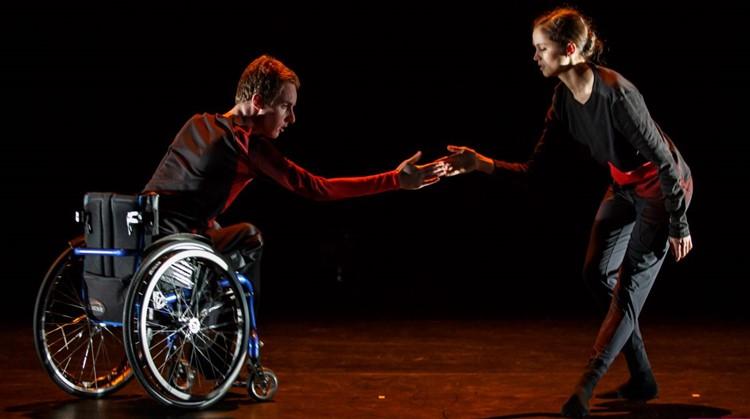 Sander danst in zijn rolstoel met een danseres van het Nationale Ballet afbeelding nieuwsbericht