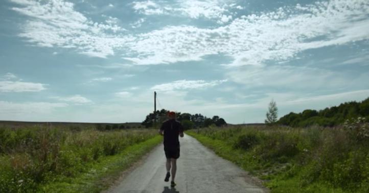 Blinde hardloper Simon 'ziet' route met polsbandje afbeelding nieuwsbericht