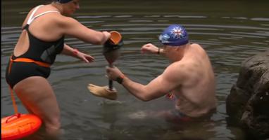 Afbeelding Jonty zwemt in ijskoud water met één been